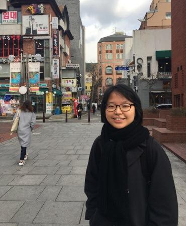 Une étudiante coréenne prend des cours de français en France