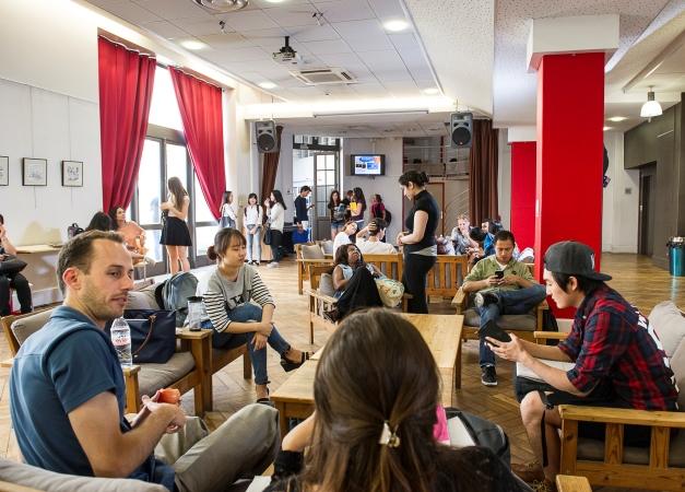 alliance française de lyon, hall d'entrée, étudiants, lyon, france, cours de français à lyon, cours de français, apprendre le français