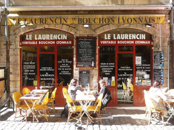 aprender francés y descubrir la gastronomia de Lyon en un bouchon lyonnais tipico